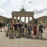Meeting Guide Berlin, Incentive Berlin, URBAN BIKE TOUR Gruppenfoto vor dem Brandenburger Tor