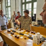 Berlin Convention Office, con|temporary weekend Juni 2019, Teilnehmer beim Kaffee cupping bei Bonanza