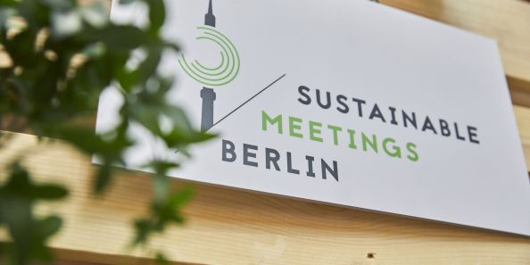 Schild mit Sustainable Meetings Berlin Logo