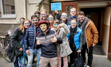 Services Berlin Convention Office Twitter #BerlinMeetings - Incentive participants with blue glasses laugh into the camera