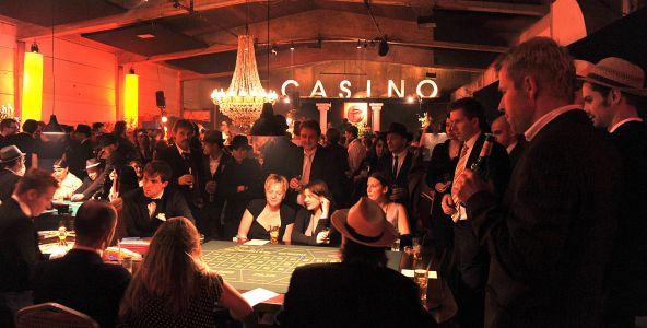 Meeting Guide Berlin, Incentives in Berlin, Mobiles Casino, Casino Abend, Gäste sitzen beim Black Jack im Casino