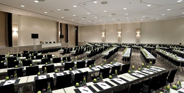 Conference Center im Crowne Plaza Berlin City Centre, Parlamentarische Bestuhlung, Deckenhöhe 4,50 m