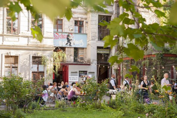 Blog BerlinMeetings, Tipps für Open-Air-Business-Lunch in Berlin, Gäste im Biergarten von Clärchens Ballhaus