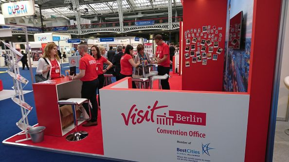 Blog BerlinMeetings, Marktwissen UK, roter Messestand auf der The Meetings Show in London