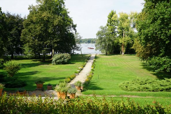 Blog BerlinMeetings, event location Villa Schwanenwerder, park and view to the Havel Bay