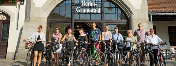 Blog Berlin Meetings, Best of Berlin 2019, Team BCO with the bikes in front of the station entrance Grunewald