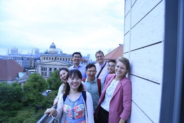 Blog Berlin Meetings, Market Knowledge China, Group of Chinese on a roof terrace in Berlin